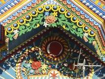 KUNARA, REGIÃO de SVERDLOVSK, RÚSSIA - 8 de novembro de 2011: Foto de elementos decorativos do telhado de frontão da casa Imagens de Stock