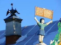 KUNARA, REGIÃO de SVERDLOVSK, RÚSSIA - 8 de novembro de 2011: Foto de elementos decorativos do telhado de frontão da casa Foto de Stock Royalty Free