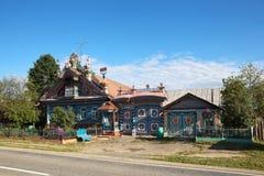 KUNARA, REGIÓN DE SVERDLOVSK, RUSIA - 15 DE JUNIO DE 2016: Foto de la casa inusual, hermosa en el pueblo ruso Imagen de archivo