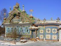 KUNARA, REGIÓN DE SVERDLOVSK, RUSIA - 8 DE NOVIEMBRE DE 2011: Foto de la casa inusual, hermosa en el pueblo ruso Imagenes de archivo