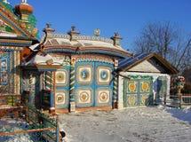 KUNARA, REGIÓN de SVERDLOVSK, RUSIA - 8 de noviembre de 2011: Foto de puertas brillantes, coloridas Detalle de la casa Imagen de archivo libre de regalías