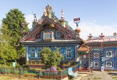 KUNARA SVERDLOVSK REGION, RYSSLAND - JUNI 15, 2016: Foto av det ovanliga härliga huset i den ryska byn Royaltyfria Bilder