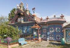 KUNARA SVERDLOVSK REGION, RYSSLAND - JUNI 15, 2016: Foto av det ovanliga härliga huset i den ryska byn Arkivbild