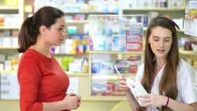 Kund i ett apotek som köper någon läkarbehandling stock video
