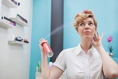 Kund som använder hårsprej arkivfoton