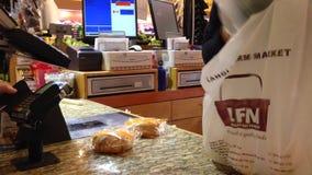 Kund som betalar för livsmedel arkivfilmer
