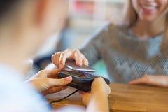 Kund som betalar till och med mobiltelefonen arkivbilder