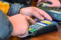 Kund som betalas av kreditkorten Arkivbild
