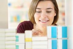 Kund som söker mediciner i ett apotek royaltyfria foton