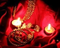 Kundan珠宝在蜡烛光的红色背景中 库存图片