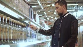 Kunde, der Alkohol wählt stock video footage