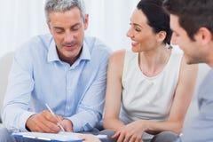 Kunde, der einen Vertrag mit Frau unterzeichnet Lizenzfreie Stockfotos
