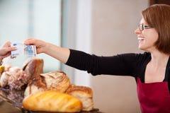 Kunde, der Euro 20 in der Bäckerei zahlt Stockfotos