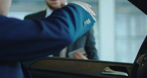 Kunde, der für Auto mit Karte zahlt stock video
