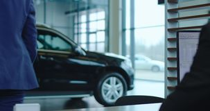 Kunde, der für Auto mit Karte zahlt stock footage