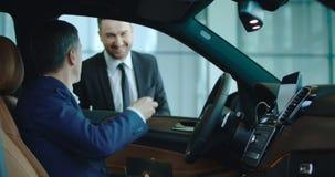 Kunde, der für Auto mit Karte zahlt stock video footage