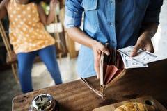 Kunde, der frisches gebackenes Brot im Bäckerei-Shop-Konzept kauft stockbilder