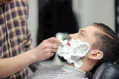 Kunde, der am Friseursalon sich rasiert lizenzfreies stockbild