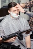 Kunde, der am Friseursalon sich rasiert lizenzfreie stockbilder