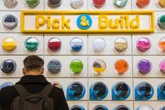 Kunde, der in LEGO Shop grast Lizenzfreie Stockfotografie