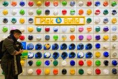 Kunde, der in LEGO Shop grast Lizenzfreie Stockfotos