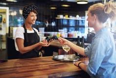 Kunde, der mit einer Kreditkarte zahlt Stockfoto