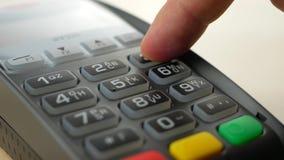 Kunde, der mit kontaktloser Kreditkarte mit NFC-Technologie zahlt stock footage