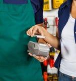 Kunde, der mit Smartphone unter Verwendung NFC zahlt Lizenzfreie Stockfotos