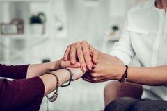 Kunde des Psychologen das Gefühl mit zwei Armbändern tragend dankbar lizenzfreies stockfoto