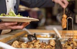 Kunde im Restaurantunschärfehintergrund Lizenzfreie Stockfotografie