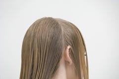 Kunde mit dem zerteilten nassen Haar Stockbilder