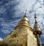 Kunde ovanför templet Royaltyfri Fotografi