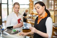 Kunde am Shop, der an der Registrierkasse zahlt Lizenzfreies Stockfoto