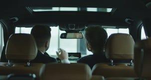 Kunde und Händler im Auto stock video