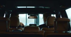 Kunde und Händler im Auto stock video footage