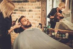 Kunde während des Bart- und Schnurrbartpflegens Lizenzfreies Stockbild
