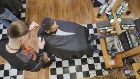 Kunde während des Bartes und Schnurrbart, die im Friseursalon sich pflegen stock video