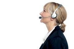 Kunden är utöva förlovat i gladlynt konversation Royaltyfri Bild