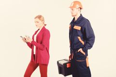 Kunden bedrar repairmanen, byggmästaren, mekaniker Reparatören byggmästare önskar lön arkivbilder