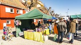 Kunden beim Einkauf an einem norwegischen Agrarmarkt Lizenzfreie Stockbilder