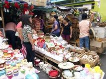 Kunden betrachten eine große Vielfalt von chirstmas Dekors auf einen Speicher in Dapitan-Markt Lizenzfreies Stockfoto