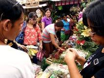 Kunden betrachten eine große Vielfalt von chirstmas Dekors auf einen Speicher in Dapitan-Markt Stockfotos