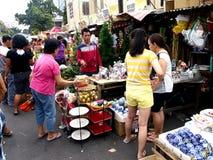 Kunden betrachten eine große Vielfalt von chirstmas Dekors auf einen Speicher in Dapitan-Markt Stockfoto
