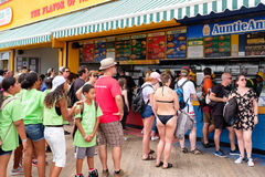 Kunden an den ursprünglichen des Nathans berühmten Hotdogen stehen im Kegel Stockbild