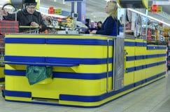 Kunden an der Registrierkasse im Supermarkt Stockfotografie