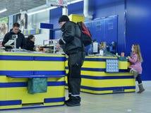 Kunden an der Registrierkasse im Supermarkt Stockfoto