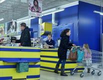 Kunden an der Registrierkasse im Supermarkt Stockbild