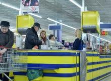 Kunden an der Registrierkasse im Supermarkt Lizenzfreie Stockfotografie