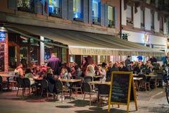 Kunden, die das Drinkiing draußen auf einer kalten Nacht am La nou essen Stockfotos