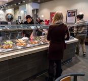 Kunden, die Lebensmittel an Panda Express-Restaurant bestellen lizenzfreie stockfotos